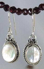 Design 6044: white mother-of-pearl earrings