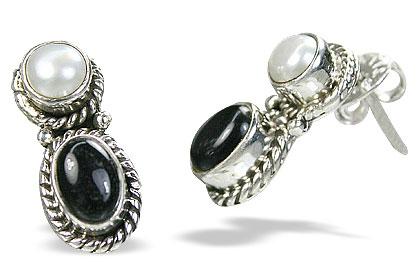 Design 8752: black,white pearl studs earrings