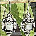 Design 7168: white mother-of-pearl earrings