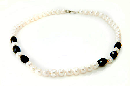 Design 17677: black,white pearl necklaces