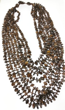 Design 20468: brown mother-of-pearl necklaces